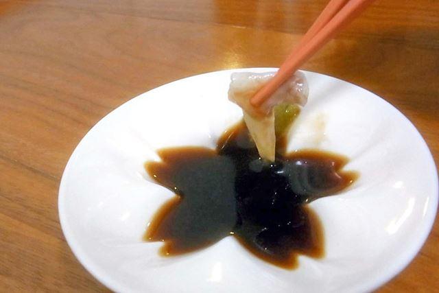 うなぎの刺身をわさび醤油で食べる