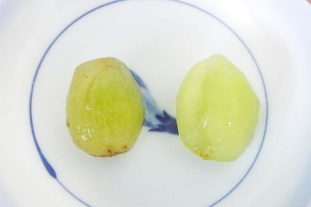 ところで巨峰(左側)とマスカット(右側)って皮の色はまったく違うのに、果実の色は似ているんですね