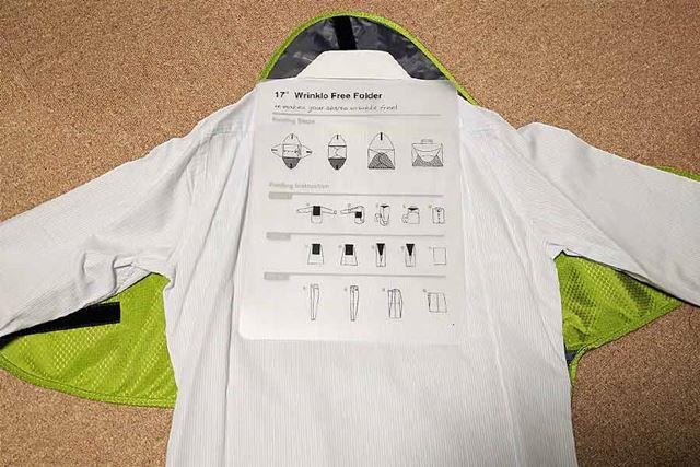 プレートをワイシャツの背中に乗せて畳んでいきます
