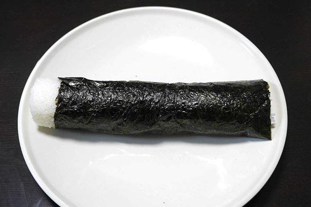 後は海苔(のり)を巻けば完成! …ちょっと酢飯がはみ出しちゃってるけど。うーん、ニュージーランドと日本では海苔のサイズの規格が違うのかなぁ?