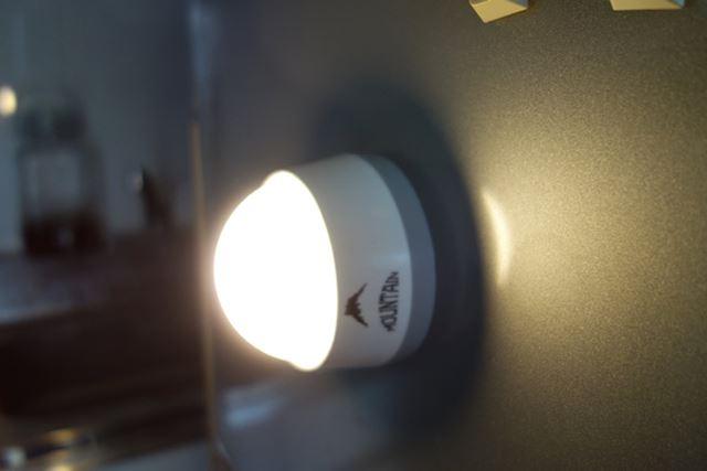 使い方5:底面には磁石が付いているので、壁付照明にも