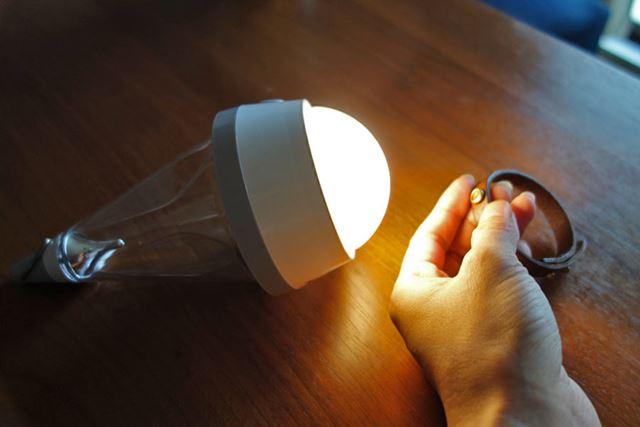 使い方6:吊り下げランプ1の状態で床置きすることで、手元を照らすスポットライトに