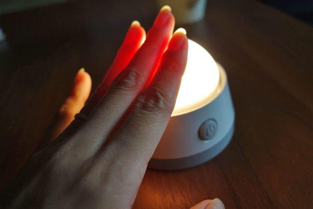 正面の電源ボタンのほか、光源部分を押すことでもON・OFF可能です