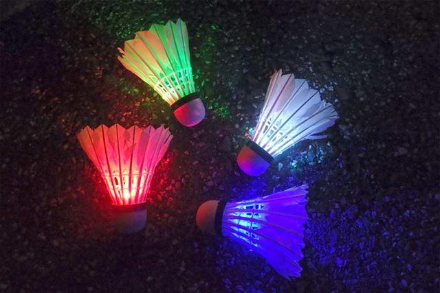 それぞれ赤、緑、青と、各色が順番に光るミックスカラーの4種類のシャトルがセットになっています