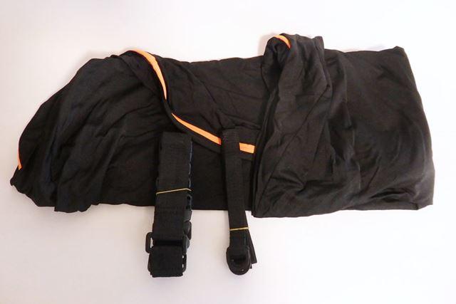 さらに広げると、バッグの間にショルダーベルトと固定ベルト2本が入っています