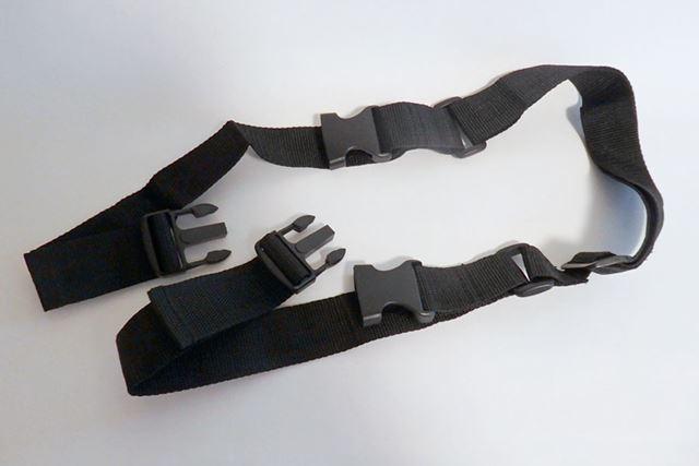 ショルダーベルトはバックル式の留め具が2か所あり、自転車本体に取り付けて、吊(つ) り下げて持ち運ぶためのもの