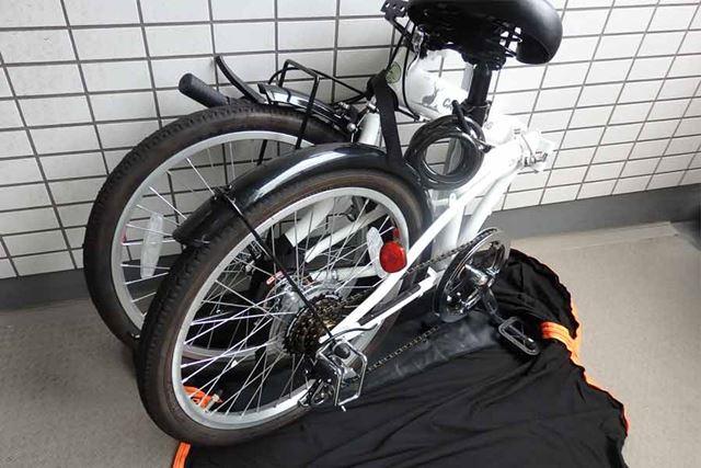 広げた輪行バッグの上に自転車を載せます
