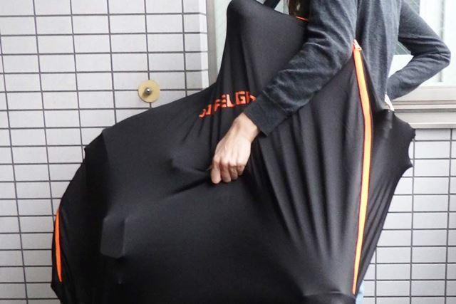 伸縮性素材でできているため、外側からフレームをつかむと運びやすくなります