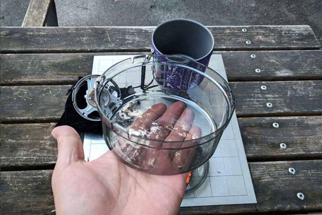 収納時の底に付いているプラスチック製の容器が計量カップとして使えます