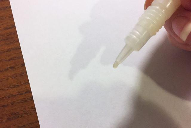 ペンの持ち手部分をムニュっとすると、中からのりのようなボンドのような質感の塗料が出てきました