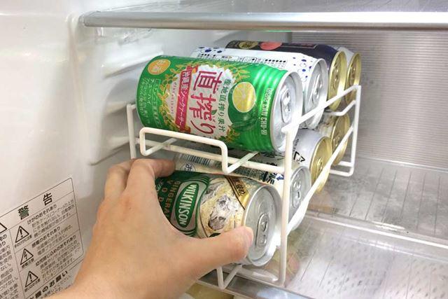 缶を冷蔵庫から取り出す