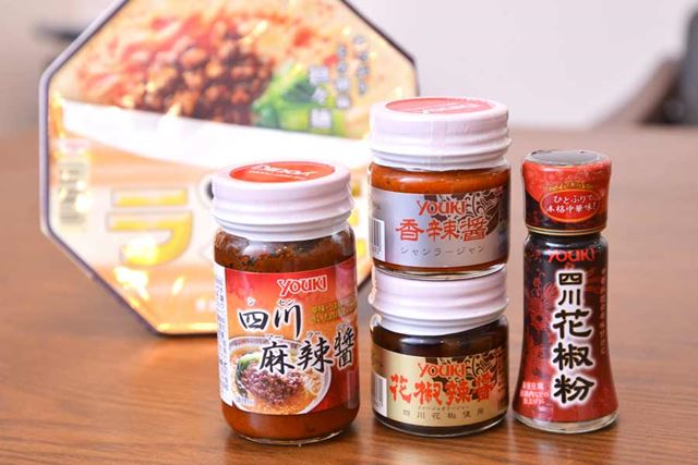 手前が今回の検証に使った4種の調味料。奥は「ラ王」の担々麺