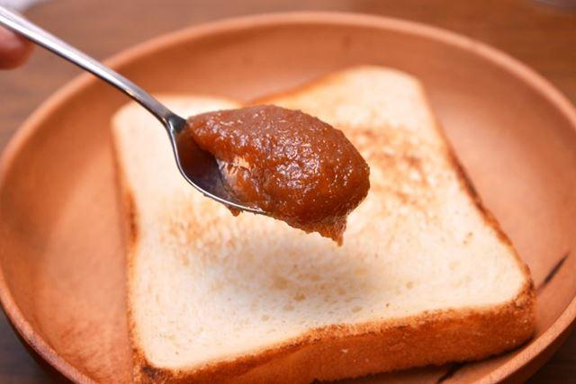 トーストしたパンに、しっかりめに塗ります