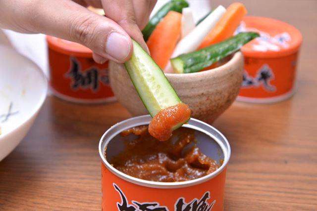 もろみ味噌をキュウリにつけて食べる、いわゆる「もろきゅう」のような味です
