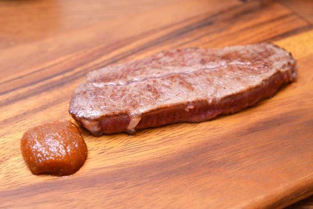 ステーキと鯛みそ。おいしい飲食店で、たまに見かけそうなビジュアルです