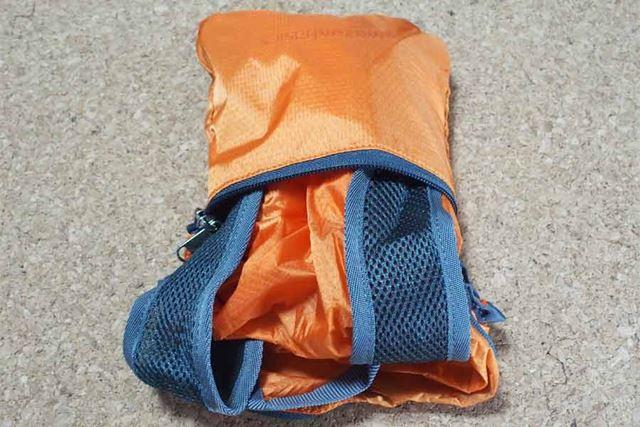 手順3:重ね合わせた部分を袋の中に押し込み