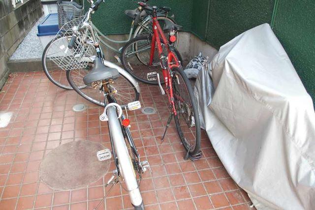 1台は出ていてここにありませんが、5台の自転車が駐車場に置かれています。5台でもういっぱいいっぱいです