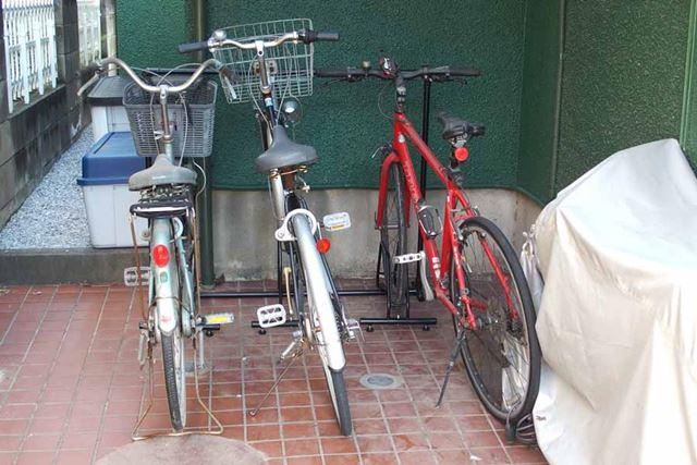 自転車スタンドを導入したら、こんな感じで半分くらいのスペースに収納できました
