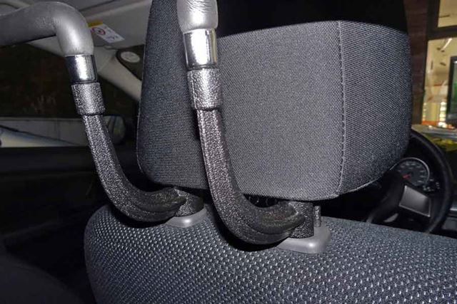 ヘッドレストの支柱バーが1.5cm以上あると取り付け困難になりますので、使用前にご確認を