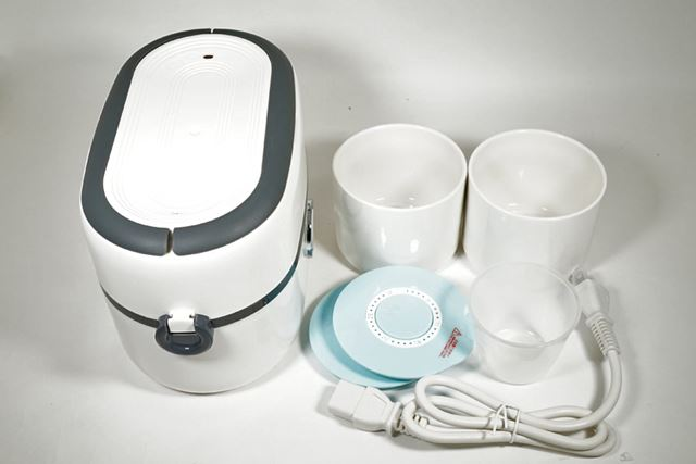 内包物は、本体、炊飯容器2個、保管用フタ2枚、計量カップ、電源ケーブル、取扱説明書です