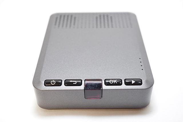 後部には電源ボタンなどの操作ボタンとリモコンの赤外線受信部が搭載されています