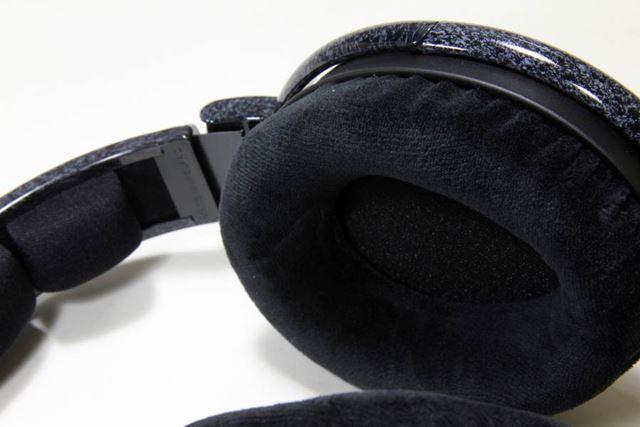 HD600のイヤーパッド部。このクラスのヘッドホンなので、もちろん取り外し&交換可能だ