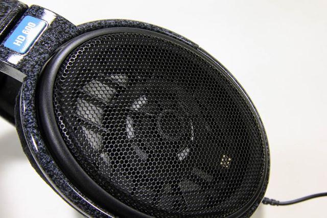 HD650にも受け継がれている楕円形の特徴的なパンチングメッシュ・ハウジング