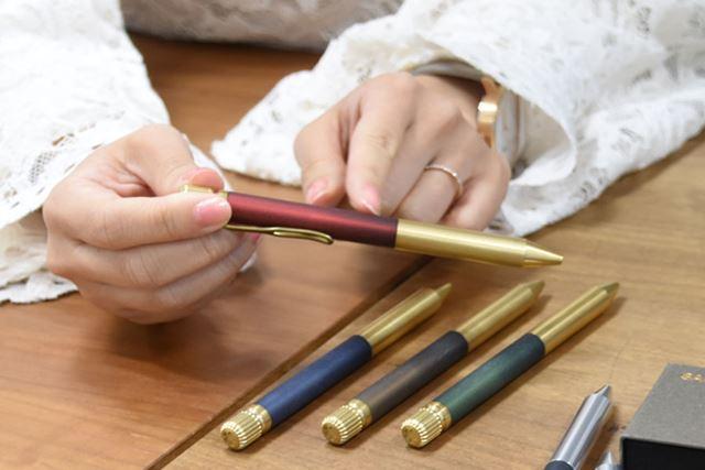 軸の色付き部分は、真鍮とスモークガラスのようなアクリルの2重構造で深みのある色合いを実現