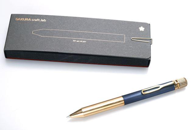「SAKURA craft_lab001」の「ブルーブラック」とパッケージ。本体の全長は131mmで軸径は10.5mm。重量は34g