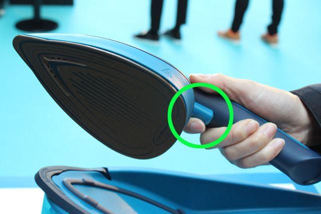 インターフェイスは、ハンドルに付いたボタンのみ。ここを押すとスチームが噴射されます
