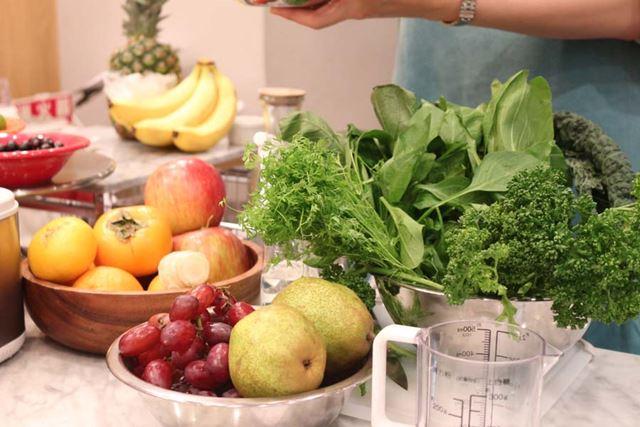 たっぷりの葉野菜と果物から、好みの材料を選びます