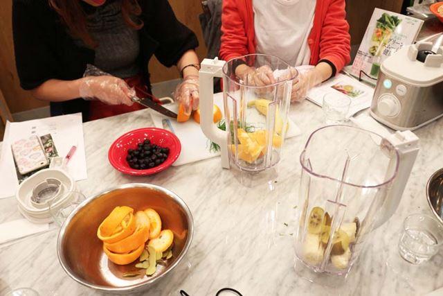 参加者がおのおののレシピで材料をカットしてスムージーを作ります