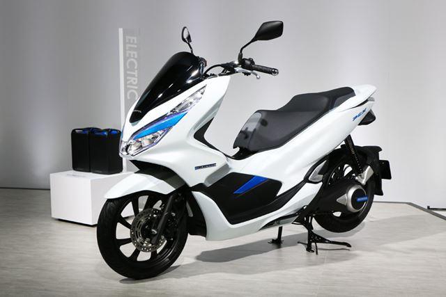 スイングアームとモーターが一体となったスクーターらしい車体構成の「PCX ELECTRIC」