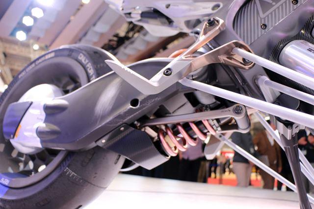 リアサスペンションはスイングアームの下に沿わせるように配置され、スッキリした見た目を実現