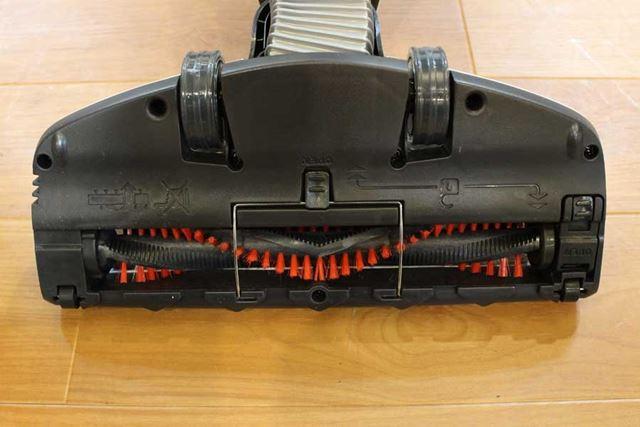 モーター式のヘッドは、やはりブラシを回転させるシステムを搭載するため少々大きめ