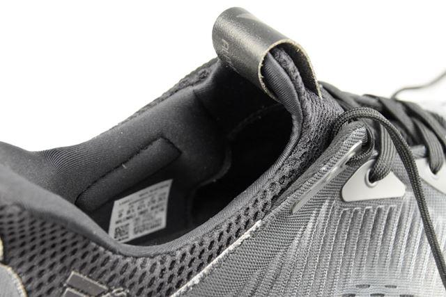 履き口は、ライニングとタンが一体化したソックス構造を採用し、フィット感抜群