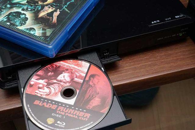 チューナー部のBD/DVDドライブからディスクも再生可能だ