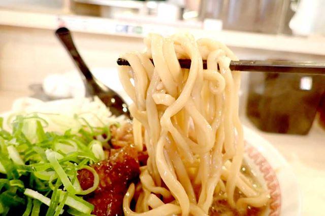 麺は太麺で、硬めの仕上がり。食べ応えも十分。たとえるなら、次郎系ラーメンの麺に近いかも