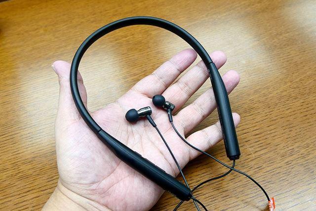 ネックバンドタイプのワイヤレスイヤホン「HA-FD70BT」。イヤホン本体はステンレス製