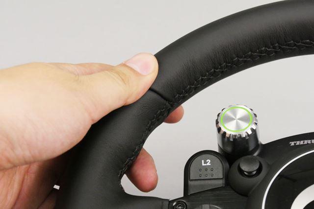 きめ細やかなレザーは手にしっとりとなじむ。本物のステアリングのような内側の縫い目もポイントが高い