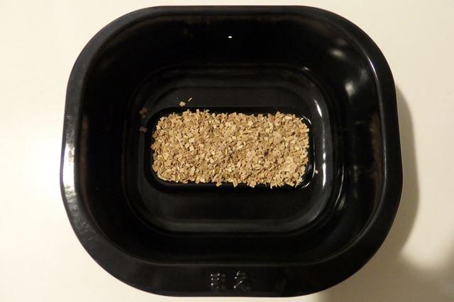 容器中央の凹部分にスモークチップ(約15〜20g)を入れます