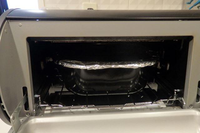 容器にフタをするようにアルミホイルをかぶせ、庫内に入れます