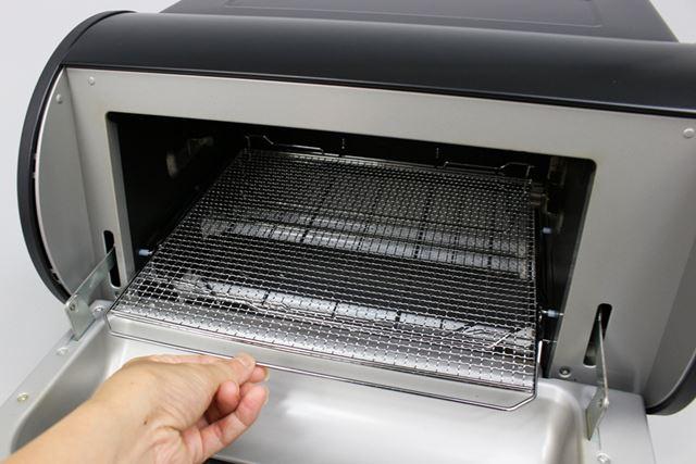パンを焼く時には、付属の焼き網を庫内にセットしておいてください
