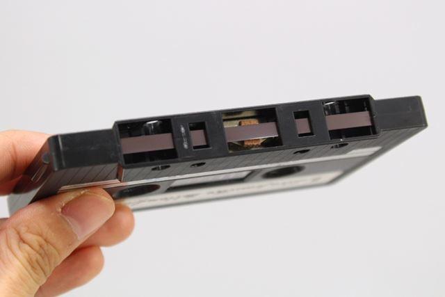 磁性体が塗られたテープの表面。この幅を半分ずつ使ってステレオ音声が録音される