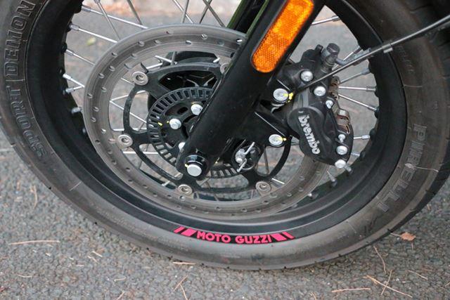 フロントは、ブレンボ製のシングルディスクブレーキを採用。ABSも搭載しており、効きは申し分ない
