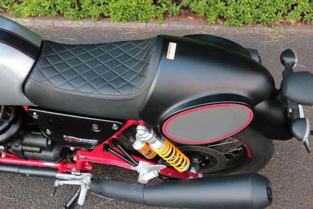 ゼッケンプレートを兼ねたシングルシートに見えるが、実はカバーになっており、取り外せば2人乗りが可能に