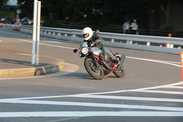 バイクを倒し込む操作に余計な抵抗感がなくスムーズ。あまり速度を出さなくても楽しめる