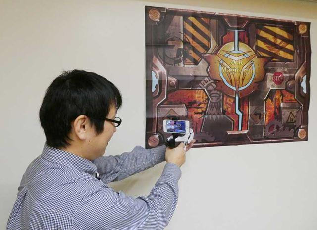 壁際からARポスターを見ると、壁の内側に空間があるかのごとく見える