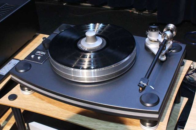 MARK LEVINSON初のレコードプレーヤーNo515。ベルトドライブ式で、回転数は33 1/3rpmと45rpmに対応する