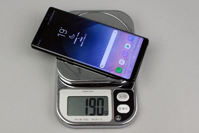SIMカードとmicroSDメモリーカードを装着した状態で重量は約190gと、重量級のスマートフォンだ